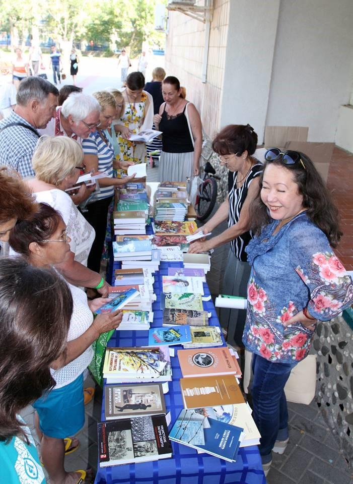 На фото: Книжная лавка фестиваля (заведующая – библиотекарь Оля Пасенко)