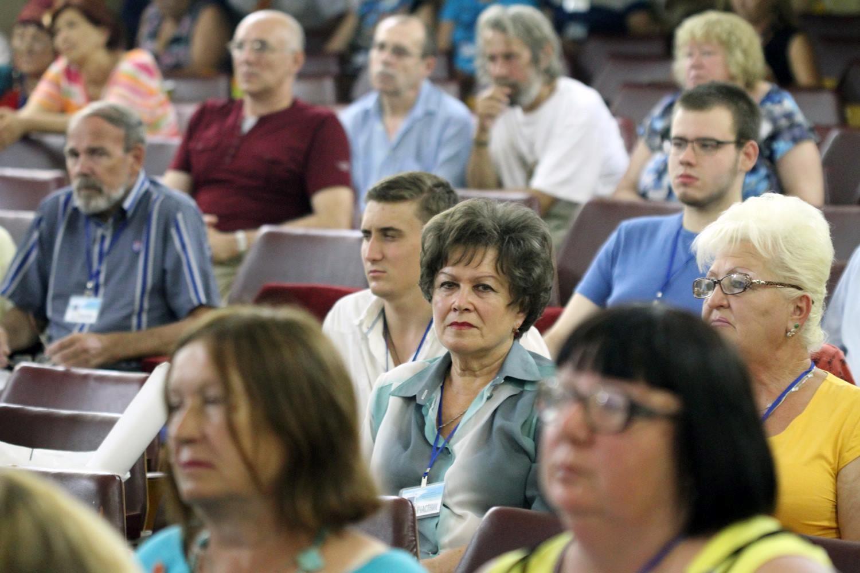 Участники фестиваля слушают выступления конкурсантов